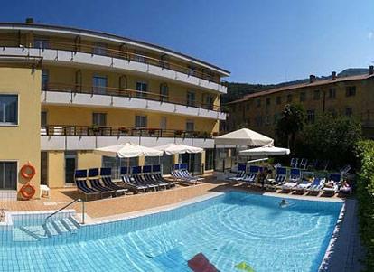 Hotel A Torbole Con Piscina