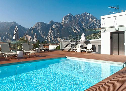Residence con piscina scoperta a malcesine sul lago di garda - Hotel manerba del garda con piscina ...