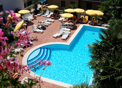 Hotel con piscina scoperta a bardolino sul lago di garda - Campeggi con piscina lago di garda ...