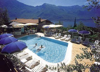 Residence con piscina scoperta a limone sul lago di garda - Campeggi con piscina lago di garda ...
